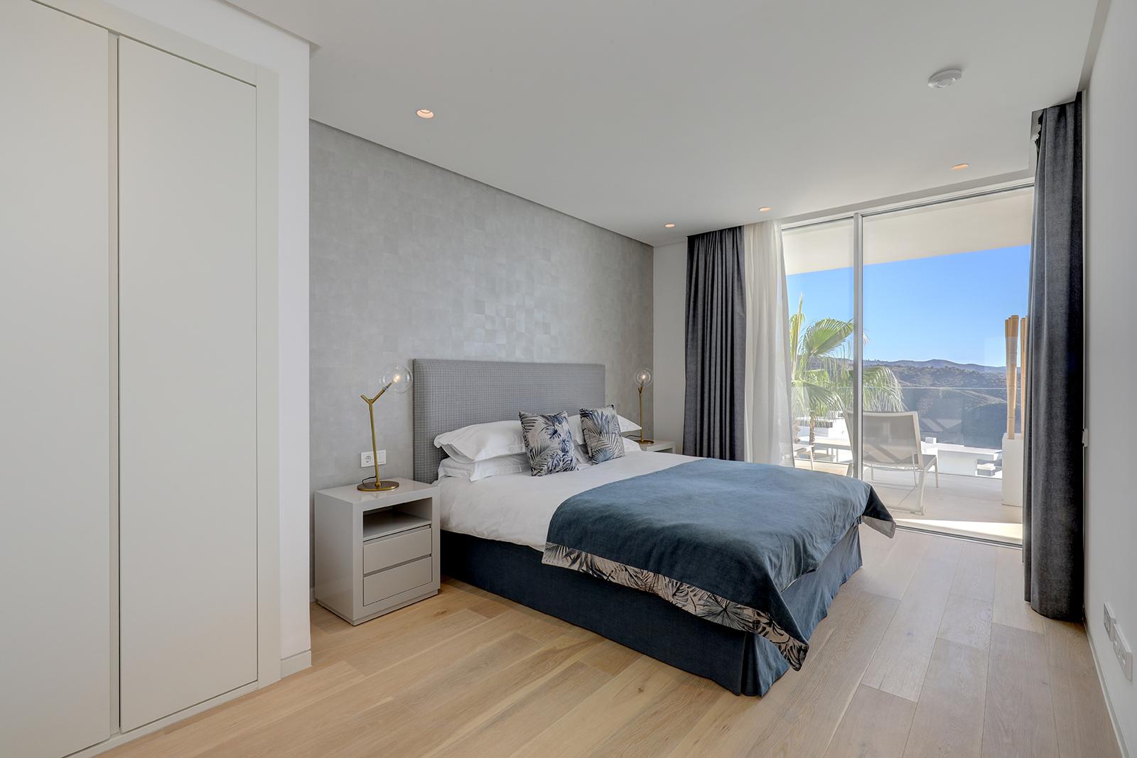 Master bedroom met dressing, berg- & zeezicht